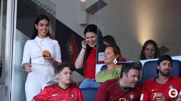 9 июня. Порту. Португалия - Голландия - 1:0. Джорджина Родригес (слева) - испанская танцовщица, модель, подруга Криштиану Роналду. Фото REUTERS