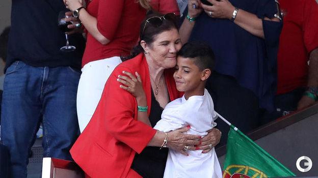 9 июня. Порту. Португалия - Голландия - 1:0. Криштиану Роналду-младший со своей бабушкой Долореш Авейру. Фото REUTERS