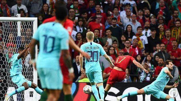 9 июня. Порту. Португалия - Голландия - 1:0. Гонсалу Гедеш забивает гол. Фото AFP