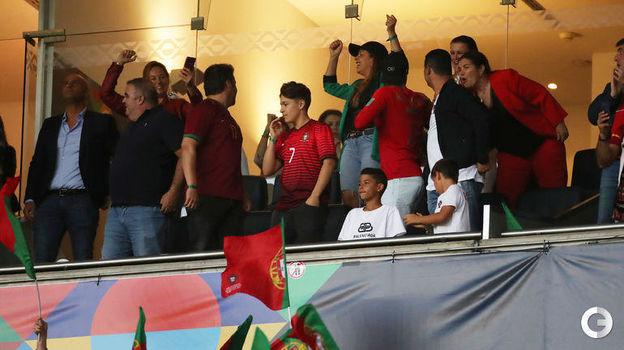 9 июня. Порту. Португалия - Голландия - 1:0. Радость на трибуне почетных гостей после гола Гонсалу Гедеша. Фото Reuters