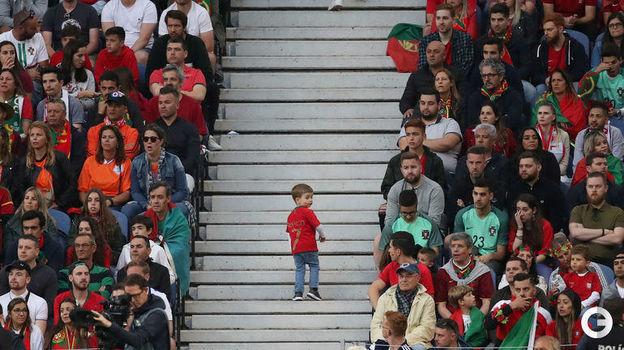 9 июня. Порту. Португалия - Голландия - 1:0. Юный болельщик в футболке Криштиану Роналду. Фото Reuters