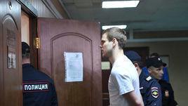 8 мая. Пресненский районный суд. Александр Кокорин перед очередным заседанием.