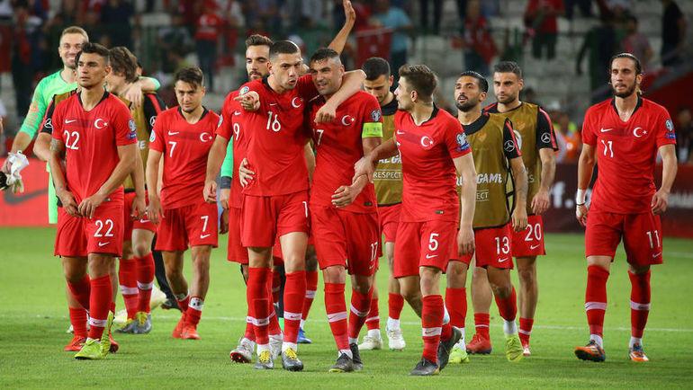8 июня. Конья. Турция - Франция - 2:0. Турецкие футболисты после матча. Фото REUTERS