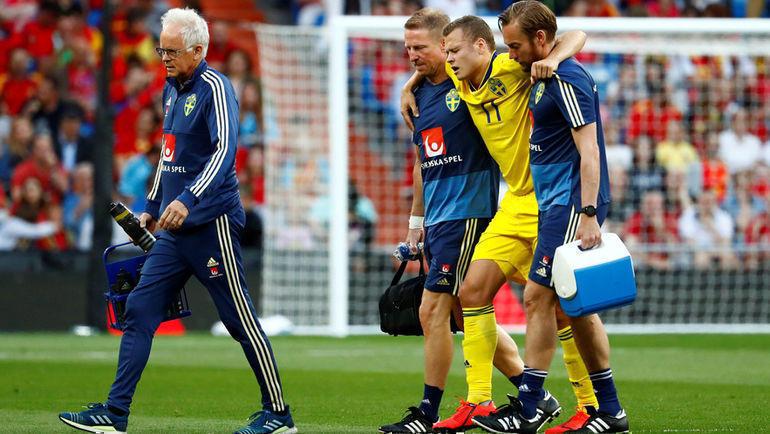 10 июня. Мадрид. Испания - Швеция - 3:0. Врачи уводят с поля Виктора Классона. Фото REUTERS