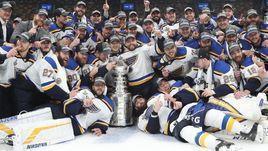 """13 июня. Бостон. """"Сент-Луис"""" с чемпионским кубком."""