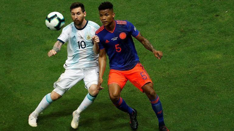 16 июня. Аргентина – Колумбия – 0:2. Лионель Месси (слева) и Вильмар Барриос.