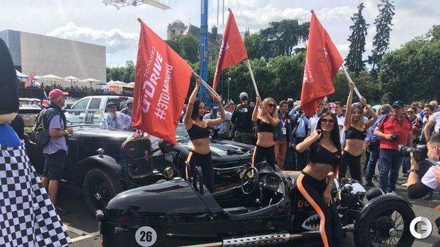 15 июня. Ле-Ман. Русские девушки из команды G-Drive Racing на параде участников. Фото Дмитрий Кузнецов,