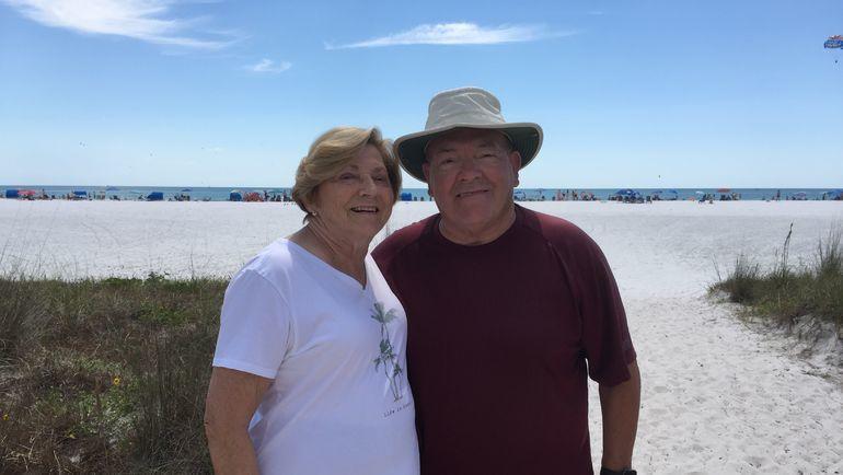 """Скотти Боумэн с женой Суэллой около своего кондоминимума у пляжа Сиеста Ки в Сарасоте. Фото Игорь Рабинер, """"СЭ"""""""