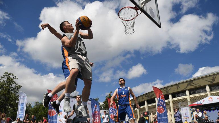 """16 июня. Москва. Баскетбол - один из многочисленных видов спорта, представленных в этот день. Фото Дарья Исаева, """"СЭ"""""""