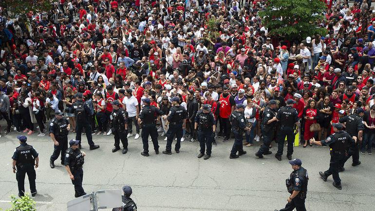 """17 июня. Торонто. Полиция арестовала двух подозреваемых в стрельбе во время чемпионского парада """"Торонто"""". Фото Nick Turchiaro-USA TODAY Sports"""