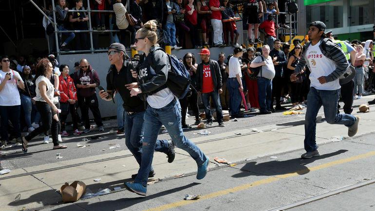 """17 июня. Торонто. Во время чемпионского парада """"Торонто"""" произошла стрельба. Фото Reuters"""