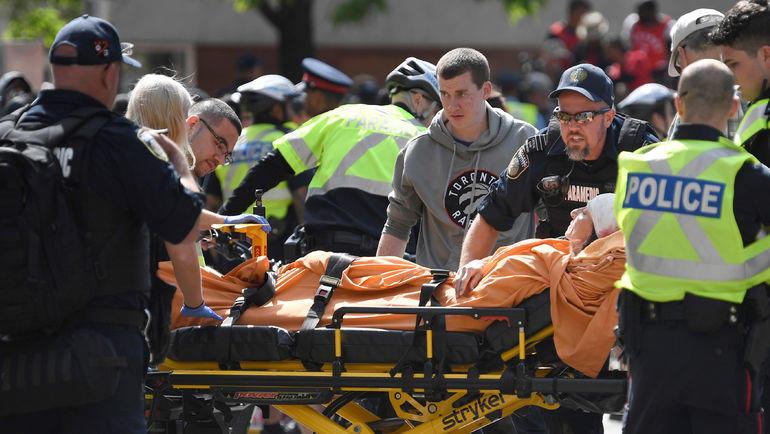 """17 июня. Торонто. Во время стрельбы на чемпионском параде """"Торонто"""" пострадали два человека. Фото REUTERS"""