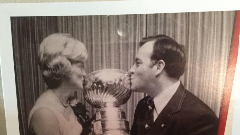 Боумэн и Суэлла целуют Кубок Стэнли в молодости и сейчас.