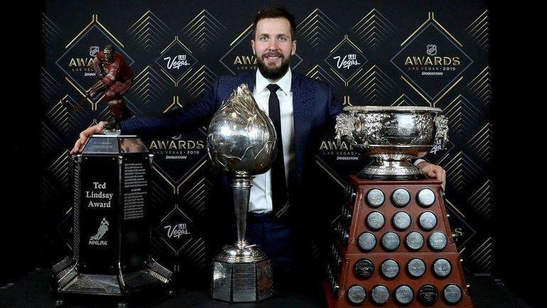 Никита Кучеров со своими наградами. Фото twitter.com/NHL