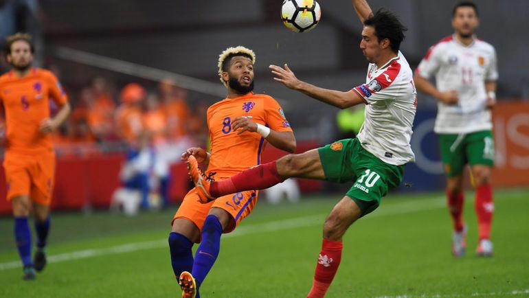 3 сентября 2017 года. Амстердам. Голландия - Болгария - 3:1. Тонни Вилена в единоборстве с Ивелином Поповым. Фото Reuters