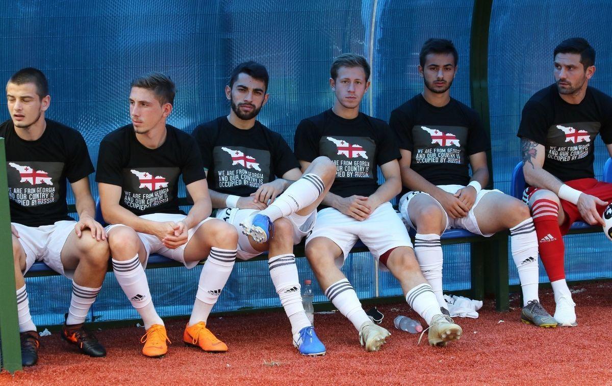 Футболисты грузинских клубов вышли на матчи с антироссийскими лозунгами. Подробности