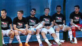 Грузинские футболисты в майках с антироссийскими лозунгами.