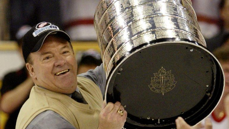 2002 год. Скотти Боумэн со своим рекордным девятым Кубком Стэнли в качестве тренера. Фото Reuters