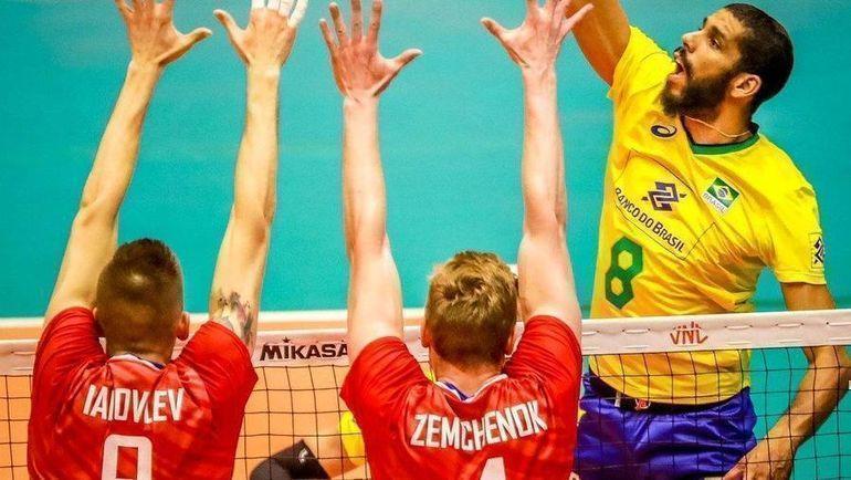 24 июня. Бразилия - Россия - 3:0. Россияне блокируют удар. Фото twitter.com/FIVBVolleyball