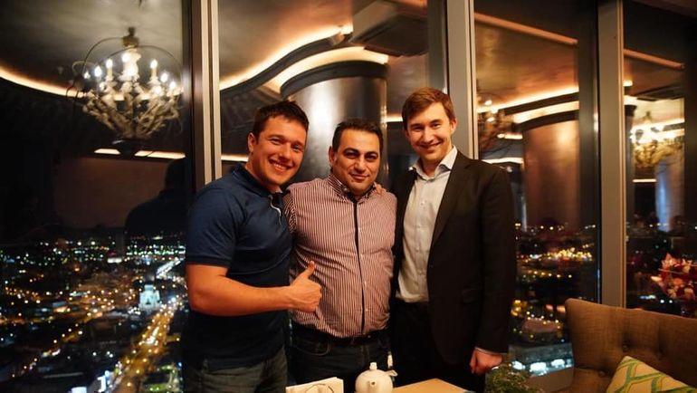 Альберт Степанян между двумя Сергеями Карякиными - гонщиком и шахматистом.