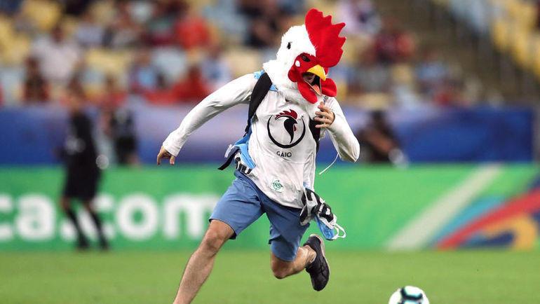 24 июня. Рио-де-Жанейро. Чили - Уругвай - 0:1. Болельщик на поле.