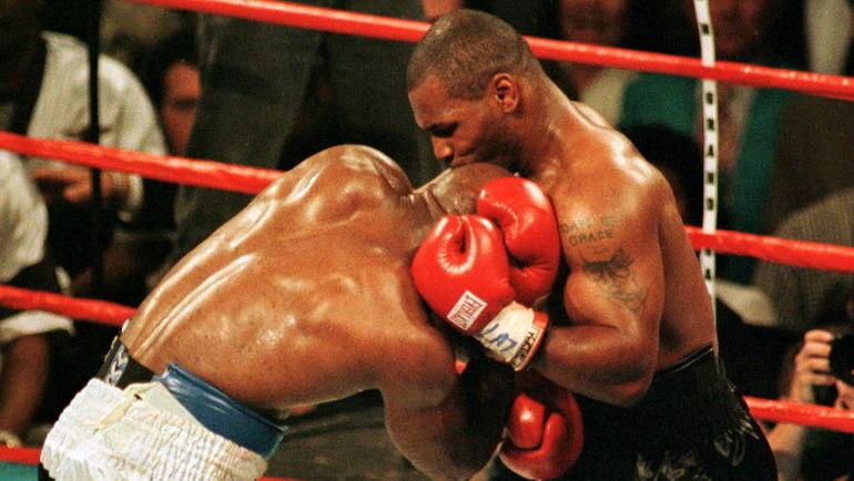 28 июня 1997 года. Лас-Вегас. Майк Тайсон (справа) кусает ухо Эвандера Холифилда. Фото Reuters