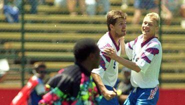 28 июня 1994 года. Россия - Камерун - 6:1. Олег Саленко и Валерий Карпин празднуют гол.