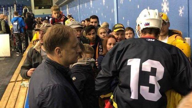 Николай Жердев после товарищеского матча раздает автографы болельщикам. Фото «СЭ»
