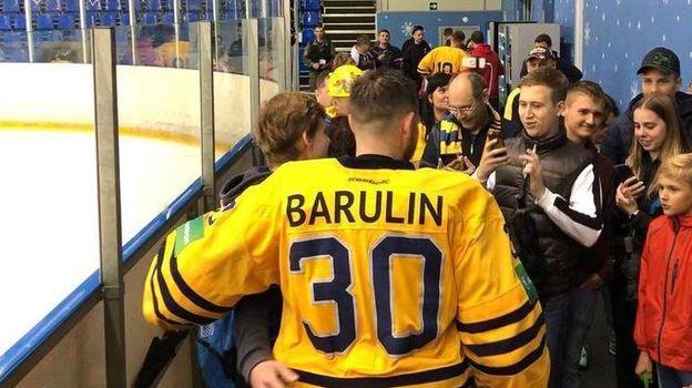 Константин Барулин фотографируется с болельщиками после игры. Фото «СЭ»