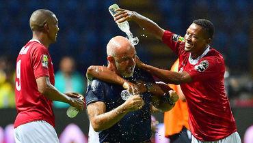 Игроки сборной Мадагаскара празднуют выход в плей-офф Кубка Африки с главным тренером (в центре). Фото Reuters