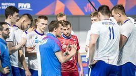 Главный тренер сборной России Туомас Саммелвуо дает указания своим игрокам.