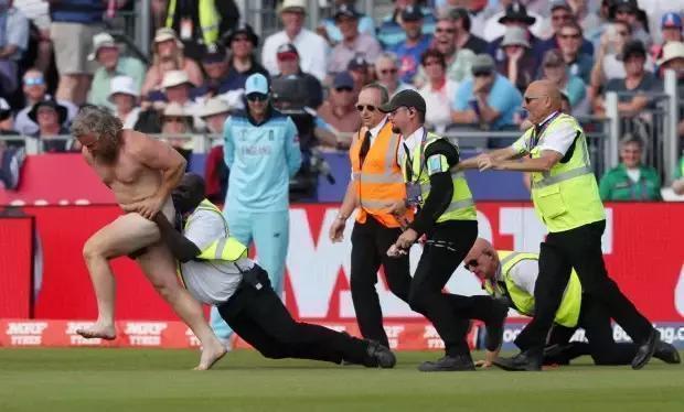Инцидент на матче Англия - Новая Зеландия. Фото REUTERS., REUTERS
