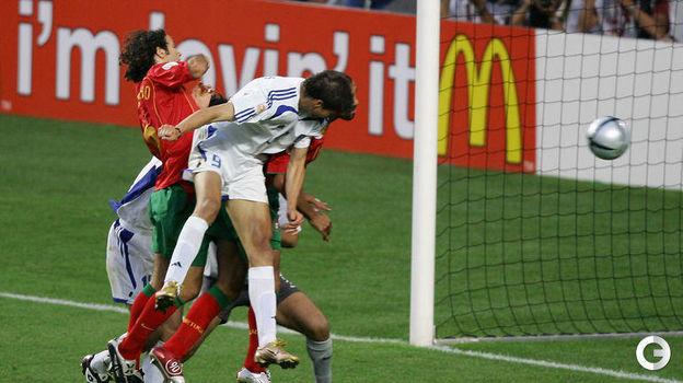 4 июля 2004 года. Лиссабон. Португалия - Греция - 0:1. Ангелос Харистеас забивает единственный гол в матче. Фото AFP