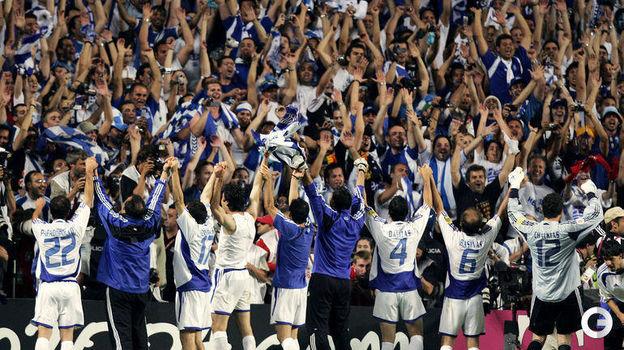 4 июля 2004 года. Лиссабон. Португалия - Греция - 0:1. Греки благодарят болельщиков за поддержку.. Фото AFP