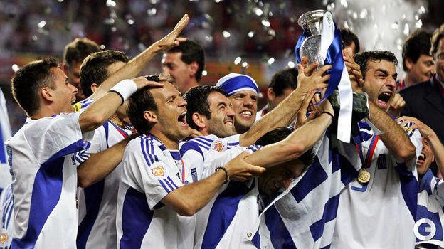 4 июля 2004 года. Лиссабон. Португалия - Греция - 0:1. Греки празднуют чемпионство. Фото AFP