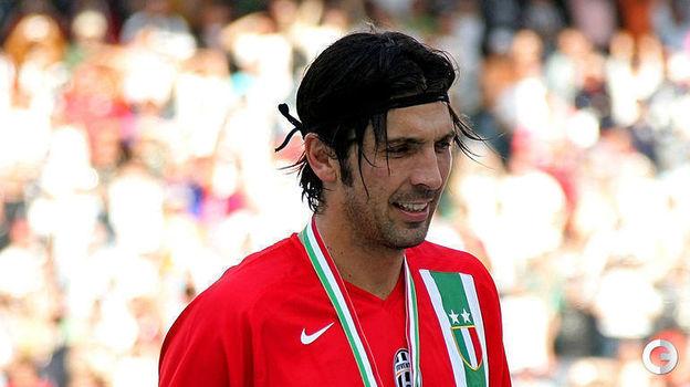 2006 год. Джанлуиджи Буффон празднует чемпионство. Вскоре будет еще одно - со сборной Италии на чемпионате мира. А