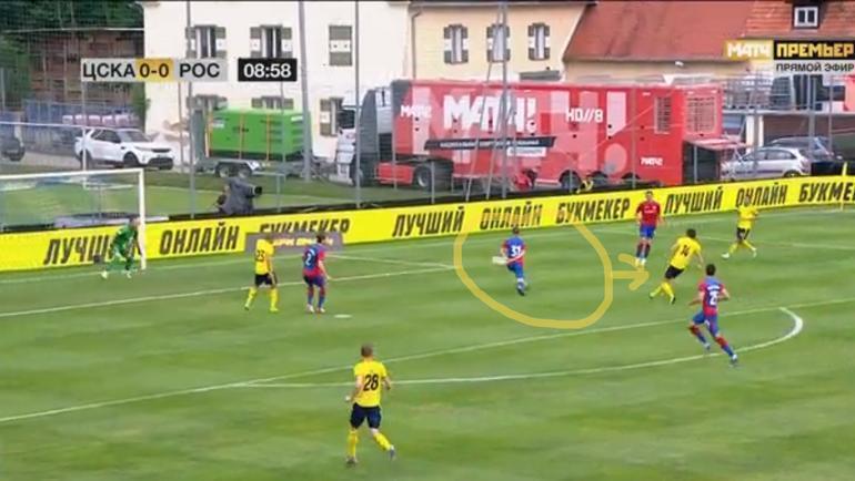 """Шарлия находится слишком близко к своим воротам и не успевает накрыть нападающего """"Ростова"""" Шомуродова."""