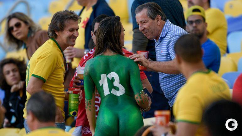 7 июля. Рио-де-Жанейро. Самый вызывающий наряд болельщицы сборной Бразилии - специальной краской по телу.