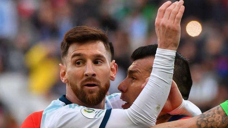 6 июня. Сан-Паули. Аргентина - Чили - 2:1. Стычка Лионеля Месси и Гари Меделя. Фото AFP