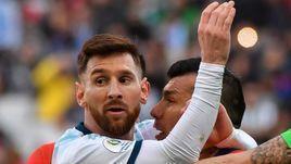 6 июня. Сан-Паули. Аргентина - Чили - 2:1. Стычка Лионеля Месси и Гари Меделя.