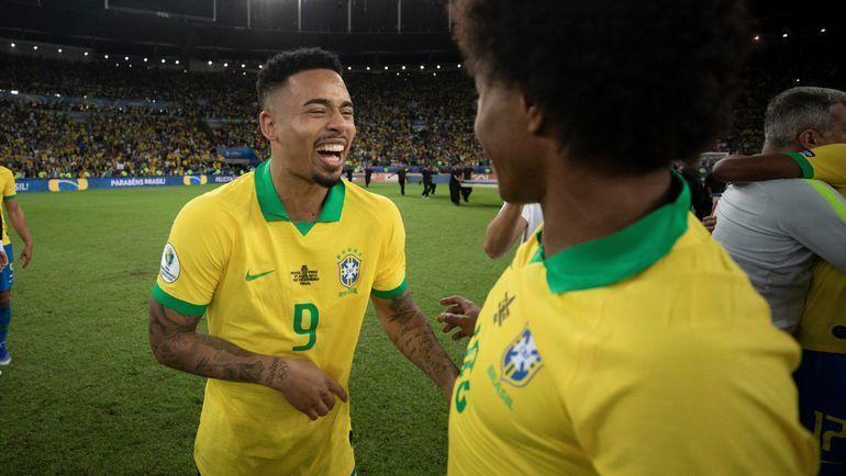 7 июля. Рио-де-Жанейро. Бразилия – Перу – 3:1. Габриэл Жезус (слева) вернулся к команде во время празднования. Он был удален в конце матча за две желтые карточки. Фото twitter.com/CBF_Futebol