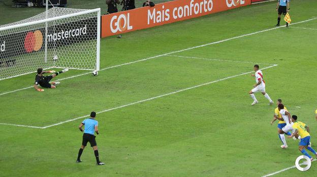 7 июля. Рио-де-Жанейро. Бразилия – Перу – 3:1. Паоло Герреро сравнивает счет. Фото Reuters