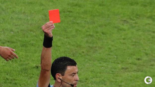 7 июля. Рио-де-Жанейро. Бразилия – Перу – 3:1. Арбитр показывает красную карточку Габриэлу Жезусу. Фото Reuters