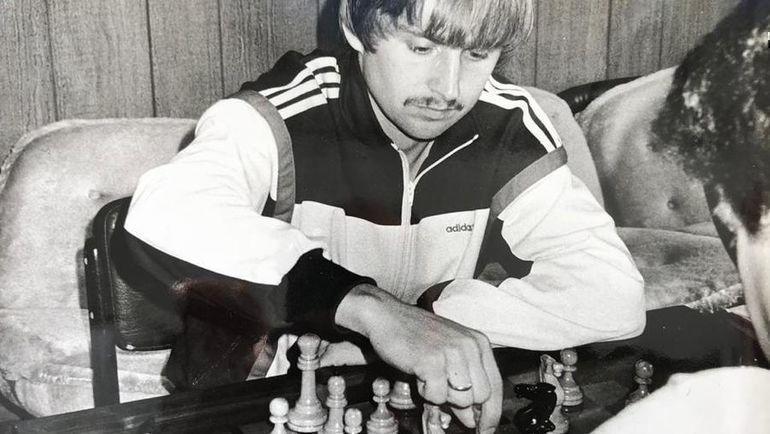 Начало 1980-х. Федор Черенков за игрой в шахматы.