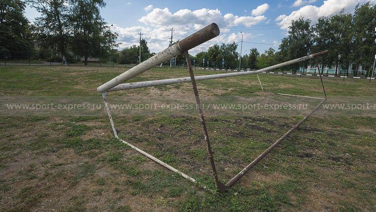 """Те самые заваленные набок ворота, по которым в детстве бил Александр Кокорин. Фото Юрий Голышак, """"СЭ"""""""