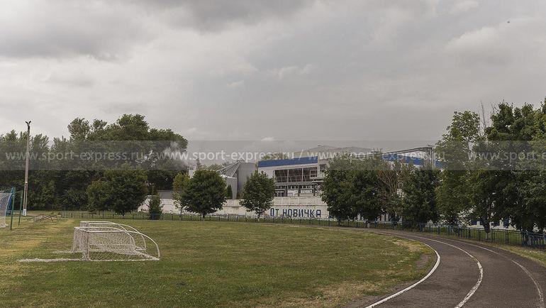"""Июль. Алексеевка. Стадион """"Эфирщик"""" и химический комбинат недалеко от колонии. Фото Юрий Голышак, """"СЭ"""""""