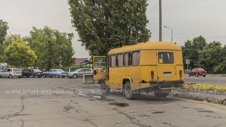 "Июль. Алексеевка. Этот автобус называют ""Желтый дьявол"". Фото Юрий Голышак, ""СЭ"""