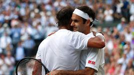 12 июля. Лондон. Роджер Федерер (справа) обыграл Рафаэля Надаля и вышел в финал Уимблдона.
