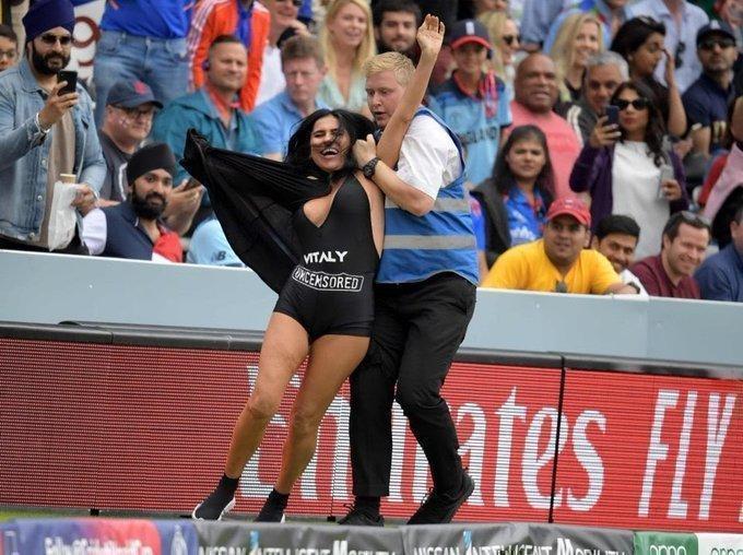 Мать Виталия Здоровецкого Елена пыталась выбежать на поле во время серии финала Кубка мира по крикету. Фото Twitter