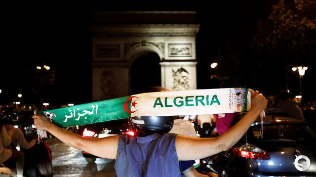 20 июля. Париж. Болельщики сборной Алжира празднуют победу сборной в Кубке Африки. Фото Reuters